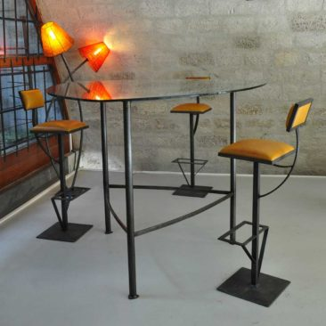 Trigone - Meeting table Totem-Jet Bar stools around a high Trigone meeting table, 150cm aside.