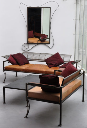 Totemix - Totemix Sofa, stainless steel woven back Combination of noble materials: Low table made of patinated steel and slate, sofa in leather, steel and stainless steel weaving. On the wall, Mirage Mirror.