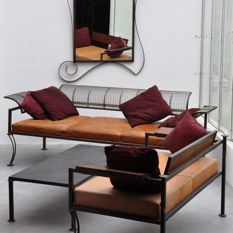 Totemix - Canapé Totemix, dossier tissage d'inox Association de matériaux nobles: Table basse en acier patiné et ardoise, canapé en cuir, acier et tissage d'Inox. Au mur, Miroir Mirage.